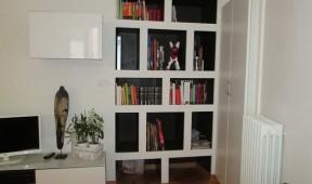 Libreria_in_cartongesso_ricavata_in_una_nicchia